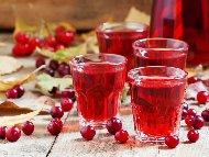 Приготвяне на рецепта Домашен ликьор от червени боровинки с водка за коктейли